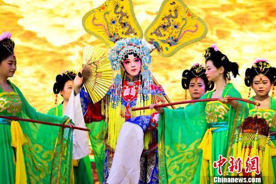 图为兰州市职业学院表演的京剧《贵妃醉酒》。 王斌银 摄