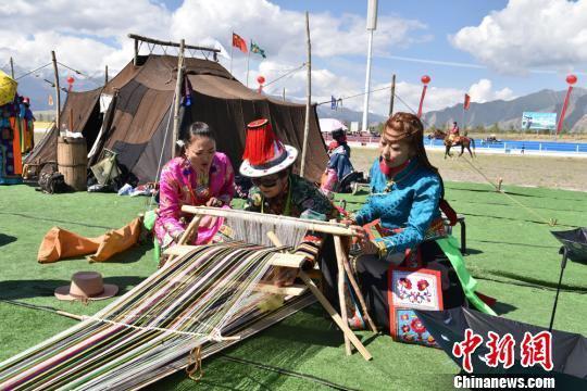 图为裕固族民众展示非遗技艺织褐子。 武雪峰 摄
