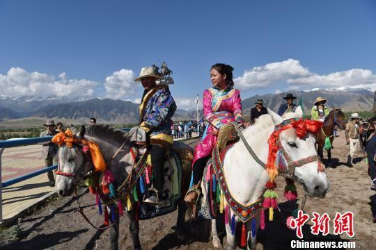 图为女骑手入场。 武雪峰 摄