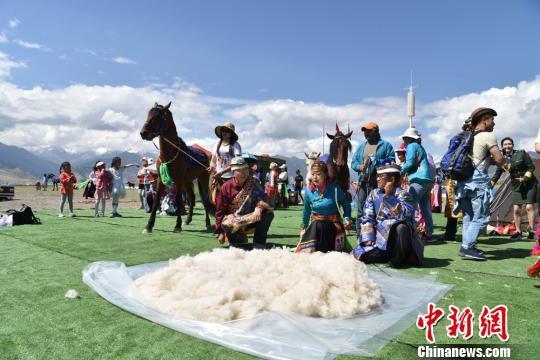 图为民众展示非遗技艺打羊毛。 武雪峰 摄