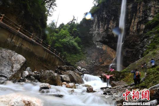 洁白的瀑流击在棱角突兀的岩石上,溅起串串晶莹的珍珠,向四面八方飞散而去。 杨艳敏 摄