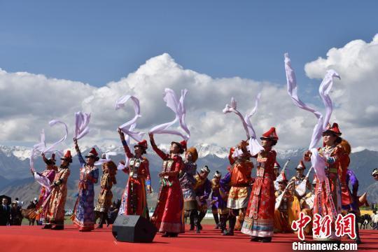 图为民族歌舞表演。 武雪峰 摄