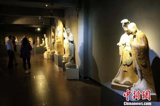 图为取材于世界文化遗产麦积山石窟的彩塑作品。 徐雪 摄