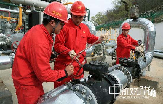 采油二厂广大党员干部把党史学习与岗位实践相结合,推动生产经营高质量发展。