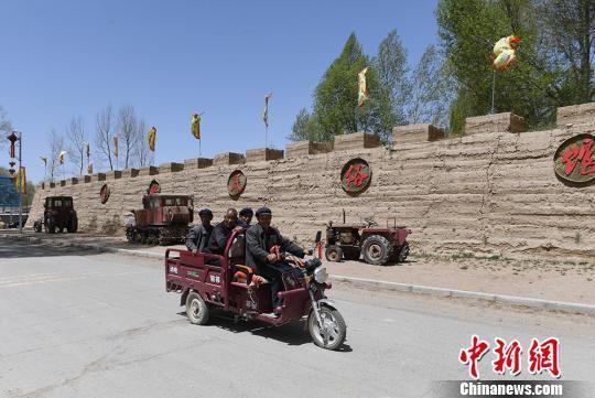 展览馆展出的农村交通运输工具。 杨艳敏 摄