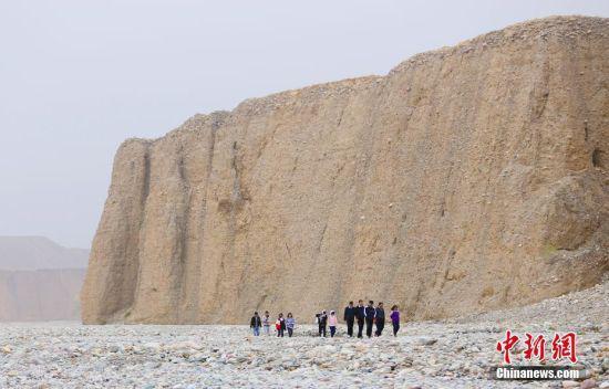 4月24日,游客在甘肃酒泉洪水河大峡谷游玩。