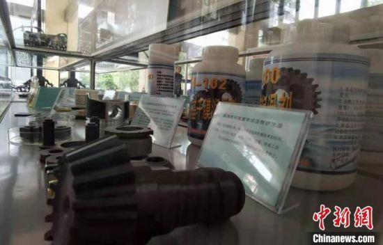 图为依托中科院兰州化物所的科研平台,当地生产固体润滑产品展示。 张婧 摄