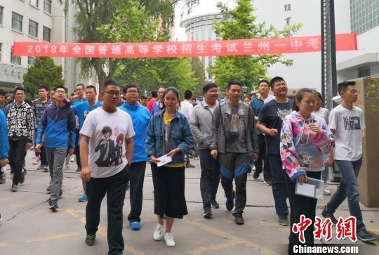 图为2018年高考拉开帷幕,随着第一门语文考试结束,甘肃考生走出考场。(资料图) 刘玉桃 摄