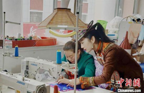 图为裕固族服饰非遗传承人为学员传授传统服饰刺绣。 史静静 摄