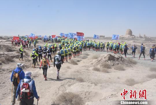 图为参赛者们走过阿育王寺。 魏金龙 摄