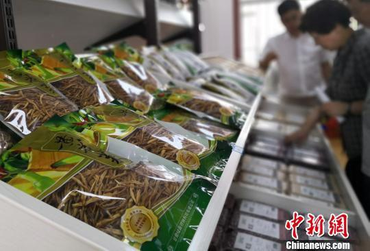 图为经销店内出售的庆阳市镇原县殷家城乡农特产品。 刘玉桃 摄
