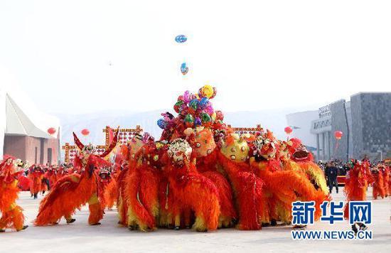 社火队在给当地群众表演舞狮(刘欣瑜 摄)