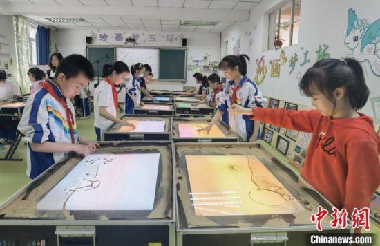 """图为七里河小学""""沙画课堂""""。 高展 摄"""