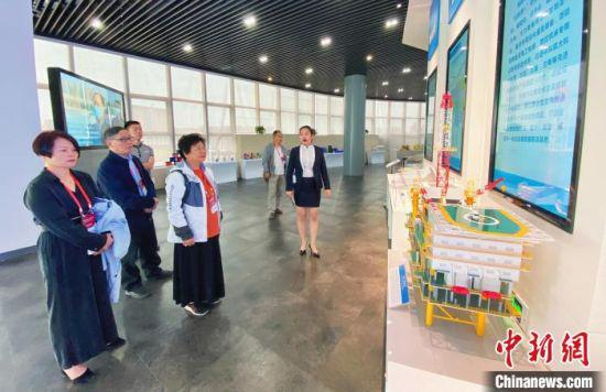 """图为海外华媒代表兰州新区展览馆了解""""国之重器""""。 高展 摄"""