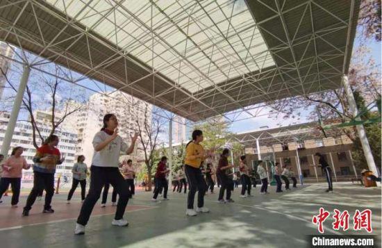 图为兰州大学附属中学的体育课上,从教38年的体育教师黄庆教授学子篮球技巧。 张婧 摄