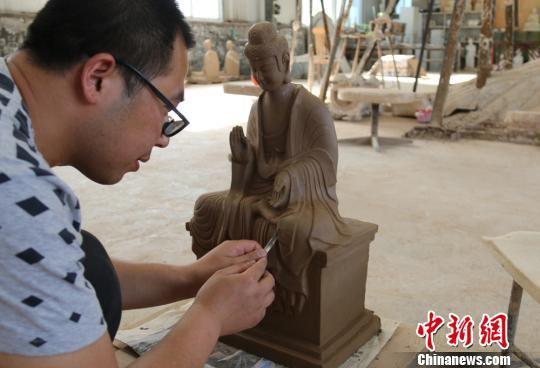 6月下旬,来自甘肃省天水市的多名艺人正忙着赶制一批取材于世界文化遗产麦积山石窟的彩塑。 徐雪 摄