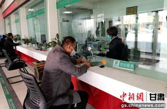 3月初,甘肃兰州市榆中县居民前往当地银行大厅办理业务。通讯员 季桂珍 摄