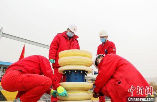 图为基层输油站员工检查清管器完好度,测量清管器周长和皮碗厚度,判断磨损度。 石建强 摄
