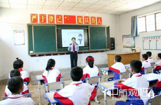 图为庆城县税务局纳税服务股熊琳为孩子们讲税法知识。