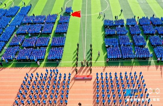 """9月1日清晨,在庄严的国歌声中,甘肃张掖中学的4000多名师生举行了升国旗唱国歌仪式,""""开学第一课""""从爱党爱国教育开始。新华网发(王将 摄)"""