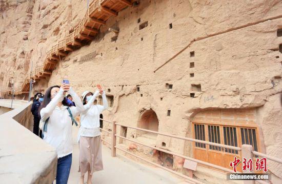 6月2日,在大陆创业、学习的台湾青年走进位于甘肃省临夏回族自治州永靖县的世界文化遗产炳灵寺,体验石窟文化。