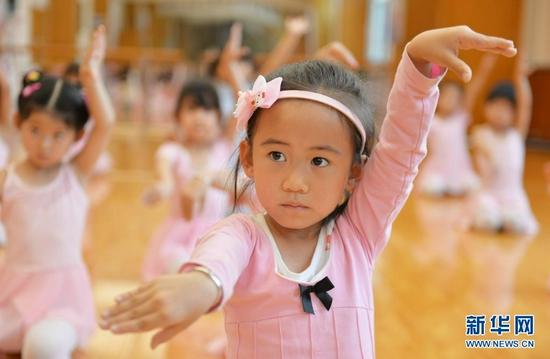 7月17日,小朋友在永靖县少年宫练习舞蹈。 新华社发(史有东 摄)