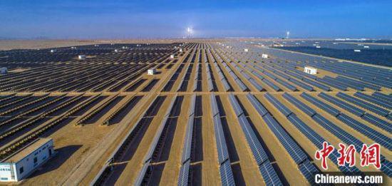 图为甘肃敦煌境内的新能源发电产业。(资料图) 吴建鑫 摄