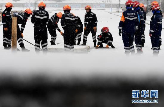 12月22日,甘肃森林消防员在兰州国家陆地搜寻与救护训练基地,冒着风雪严寒开展综合应急救援技能训练。