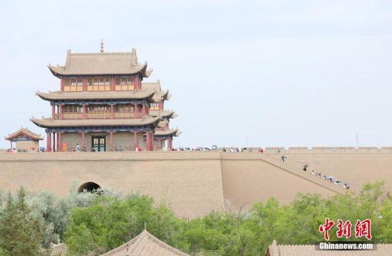 游客们登上城楼领略大漠雄关的壮阔美景。高展 摄