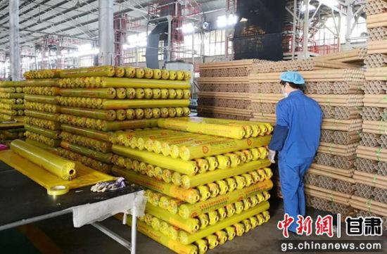 图为榆中县一家企业的生产车间,工人在包装运送生产物品。通讯员 季桂珍 摄