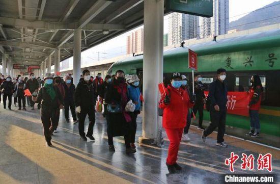 4月18日,甘肃省今年首趟省内游旅游动车专列在兰州火车站发车开往陇南。 曹文福 摄