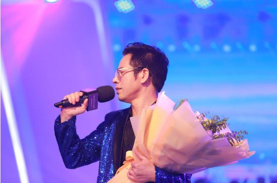 百莲凯集团总裁石子义先生登台演唱歌曲