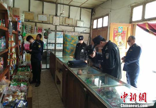 资料图。甘肃省食药监局检查农村食品安全。 钟欣 摄