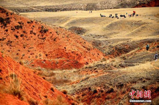 """当日,以""""探寻石窟魅力·体验藏乡风情·游览地质奇观""""为主题的户外徒步活动在该县祁丰乡文殊寺景区启幕。"""