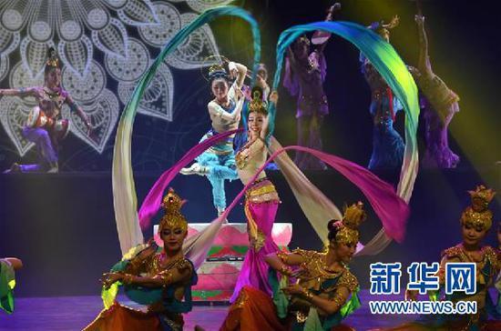 12月18日,在兰州音乐厅,演员表演舞蹈《丝路神韵》。 新华社记者 范培珅 摄