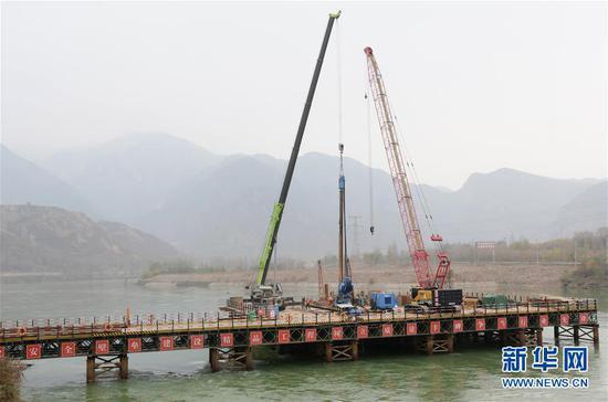 这是临大高速公路大河家黄河大桥建设现场(11月4日摄)。新华社发(史有东 摄)