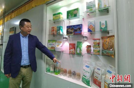 图为兰州奇正生态健康品有限公司总经理任中锋向记者介绍青稞食品。 张婧 摄