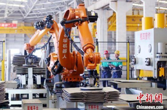 金川集团镍冶炼厂成品智慧车间里,机器人正按照既定程序工作。 高展 摄