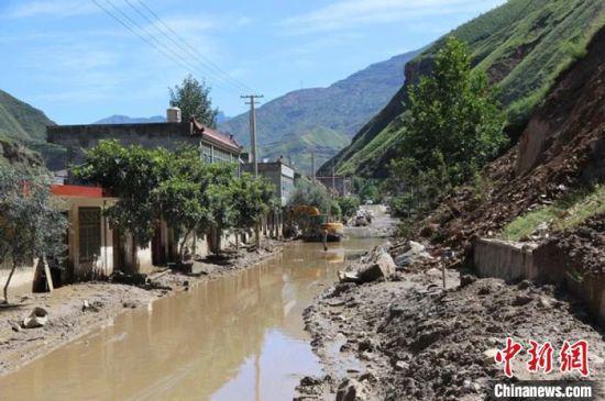 8月以来,甘肃陇南因强降雨发生泥石流、山体滑坡等灾害。图为陇南武都区一受灾乡镇。