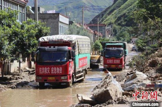 图为救援车辆满载物资前往各安置点。