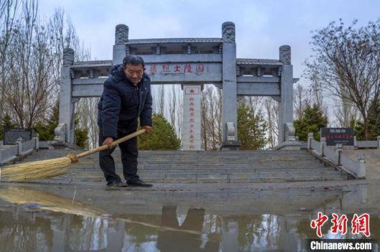 图为陈宗新清扫龙渠烈士公墓。(资料图)张掖市委宣传部供图