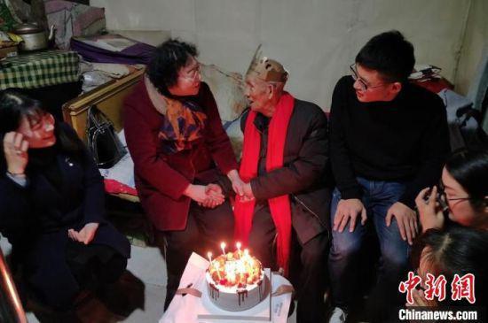甘肃高校志愿者20余载接力帮扶残疾老人:是陪伴,更是责任