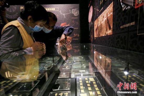 5月18日,兰州民众在甘肃省博物馆参观马家塬出土的车马饰、车马器。中新社记者 高展 摄