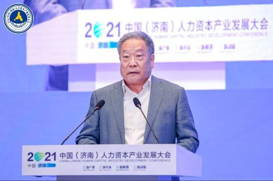 国家发改委原秘书长、国家人力资源开发研究会会长 李朴民致辞