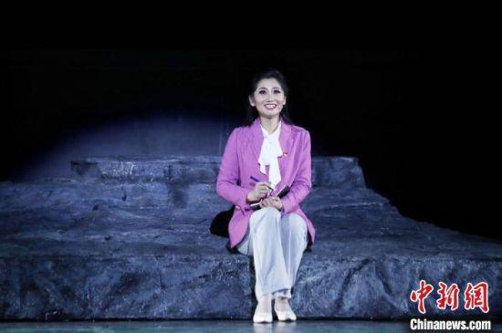 5月17日晚,由甘肃甘南州藏族歌舞剧院演出的音乐剧《达玛花开》在兰州首演。 任磊 摄