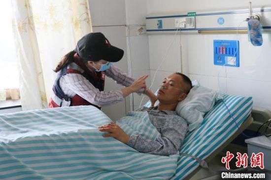 5月23日,甘肃白银山地越野赛受伤人员在景泰县人民医院接受治疗。 高展 摄
