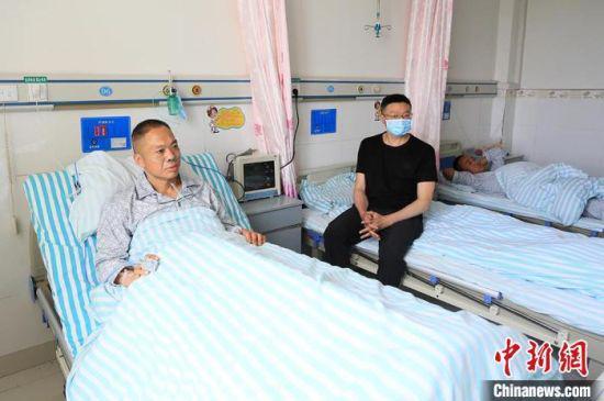 5月23日,甘肃白银山地马拉松越野赛受伤人员在景泰县人民医院接受治疗。 高展 摄