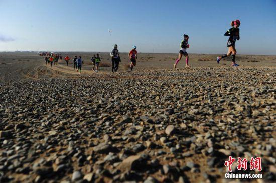 2015年,世界首个戈壁赛道超级马拉松在酒泉开跑。 中新社记者 杨艳敏 摄
