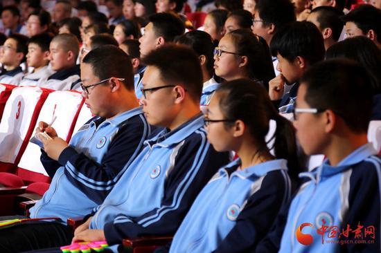 坐在观众席的学生,不时掏出纸笔同选手一起书写答案