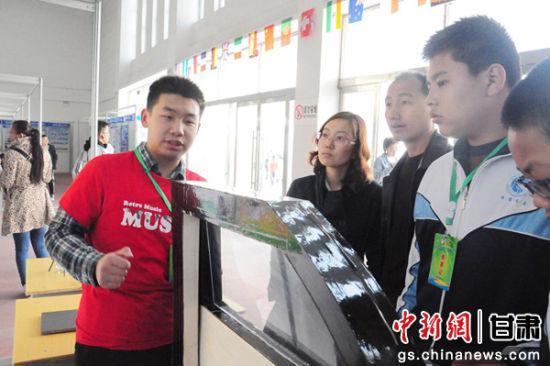4月12日至4月16日,甘肃临夏回族自治州永靖县举办第33届甘肃省青少年科技创新大赛,刘浩炜带着自己的设计参加比赛。通讯员 郭红 摄